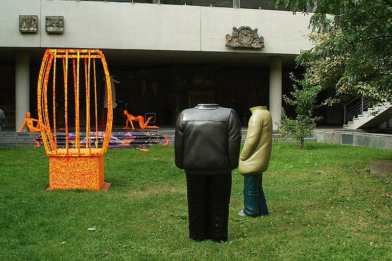 File:Passanten Typ Lederjacke, Typ Windjacke, 2012 von Ulrike Enders, am Tag vor der Ausstellungseröffnung Strich-Code, Hof Historisches Museum Hannover.jpg