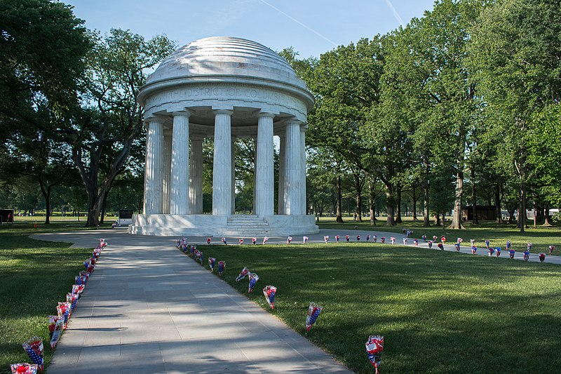 File:Path of bouquets 03 - DC War Memorial - Memorial Day - Washington DC - 2014.jpg