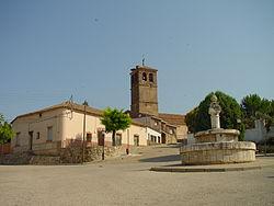 Plaza con fuente e iglesia al fondo en Ribatejada.jpg