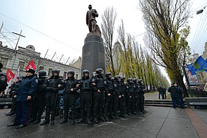 Timeline of the Euromaidan - Cordon of Barse and Berkut guarding the statue of the Communist leader, Vladimir Lenin (24 November).