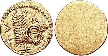 Monnaie en or recto verso avec un côté lisse et un côté avec une tête de lion tirant la langue.