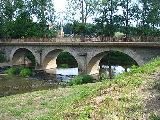 Arconce - Image: Pont sur l'Arconce et église de Lugny lès Charolles