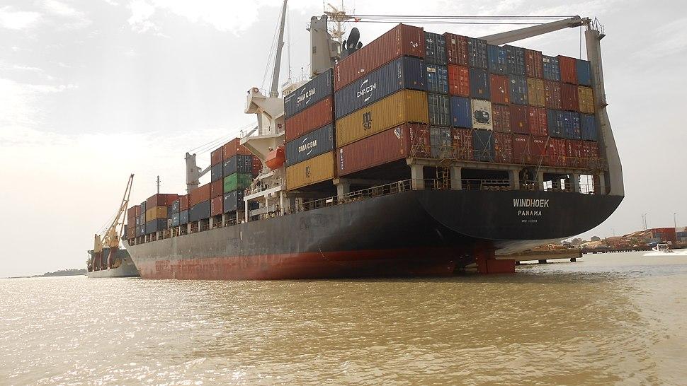 Porto de Bissau 02, container ship Windhoek