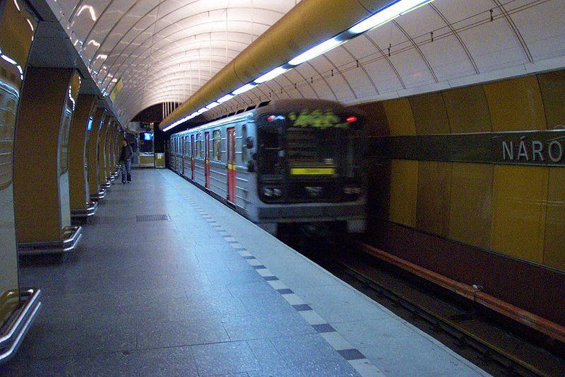 Praha, N%C3%A1rodn%C3%AD t%C5%99%C3%ADda, Odj%C3%AD%C5%BEd%C4%9Bj%C3%ADc%C3%AD vlak.jpg
