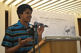 Pratyya Ghosh sharing his experiences at Wikipedia15 celebration in BSK (02).jpg