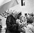 Prinses Juliana en prins Bernhard praten met kinderen. Prinses Juliana krijgt bl, Bestanddeelnr 252-2002.jpg