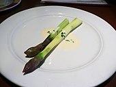 Deux asperges produites à Lauris, dans le Vaucluse, présentées sur la même assiette avec une sauce au beurre blanc