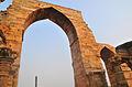 Qutb Mosque Arch Ruin 01.jpg