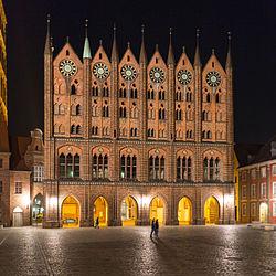 Rathaus Stralsund nächtlich erleuchtet.jpg