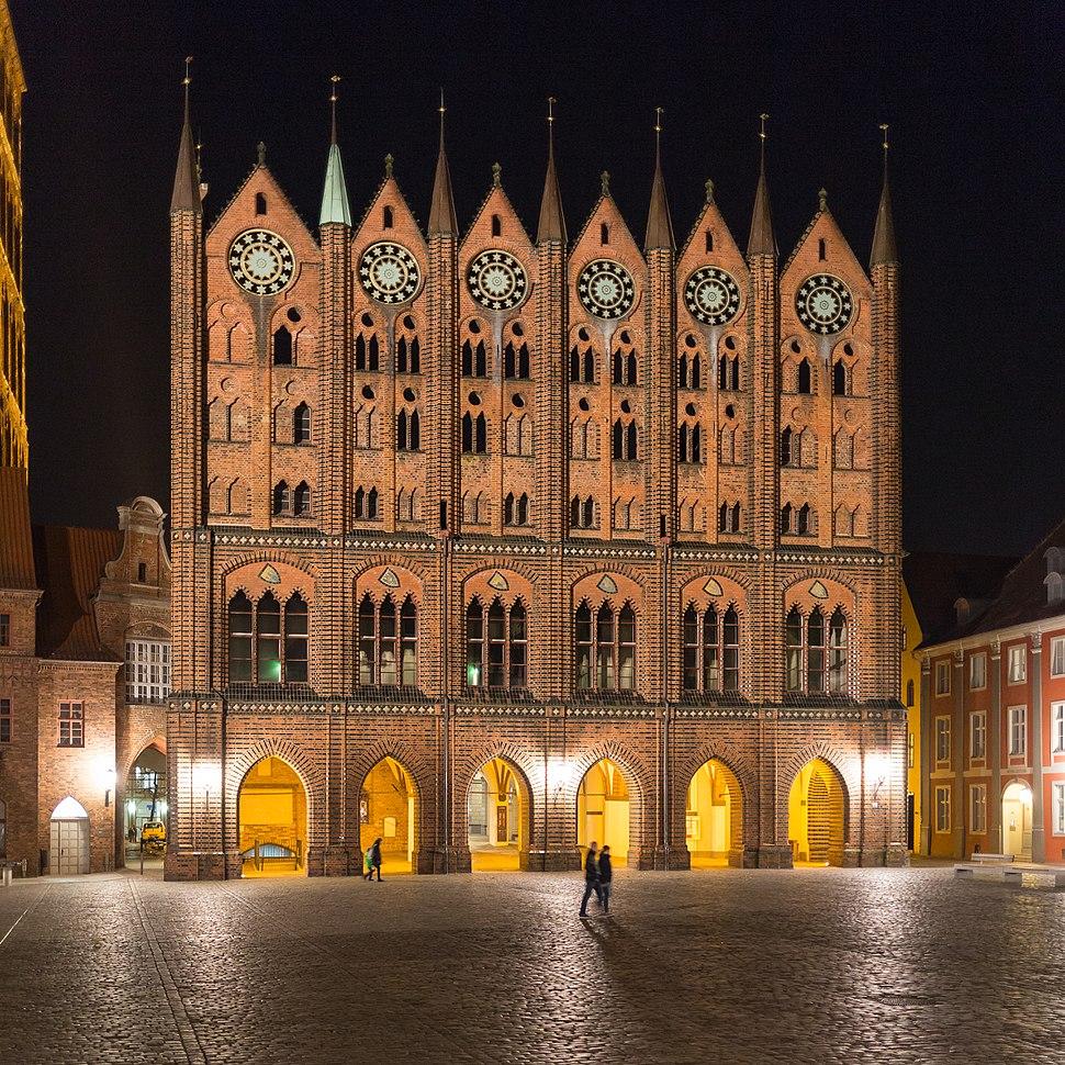 Rathaus Stralsund nächtlich erleuchtet