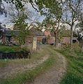 Rechter zijgevel van de schuren met oprijlaan met hekpijler - 't Zandt - 20347659 - RCE.jpg
