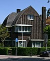 foto van Vrijstaande villa, een samenhangend ensemble in baksteen, in Amsterdamse Schoolstij