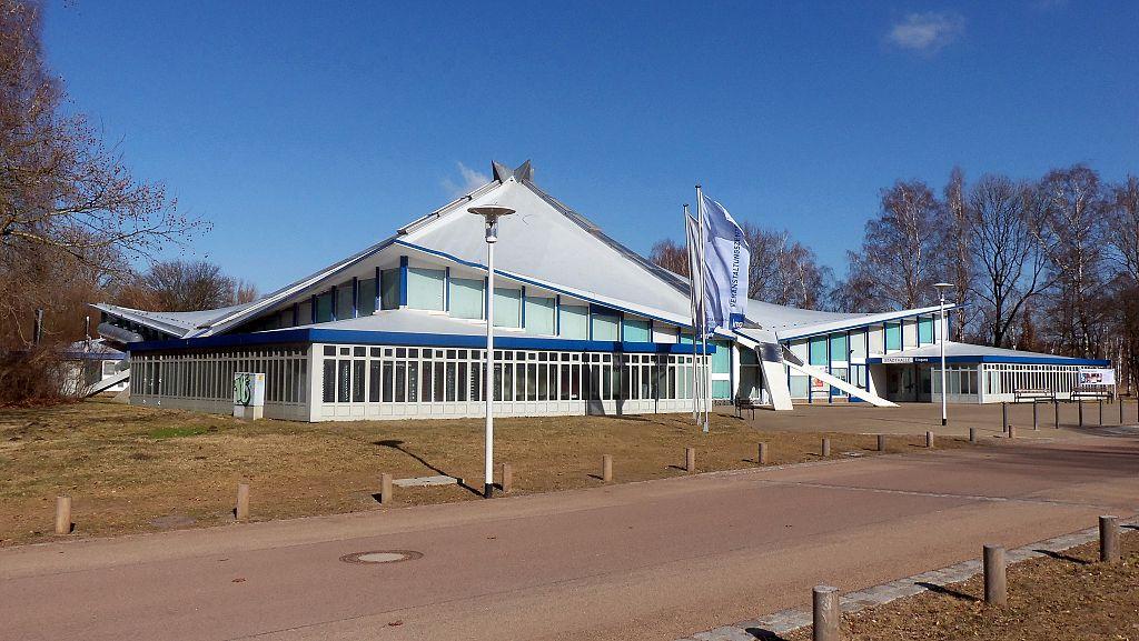 1024px-Stadthalle_Neubrandenburg.JPG