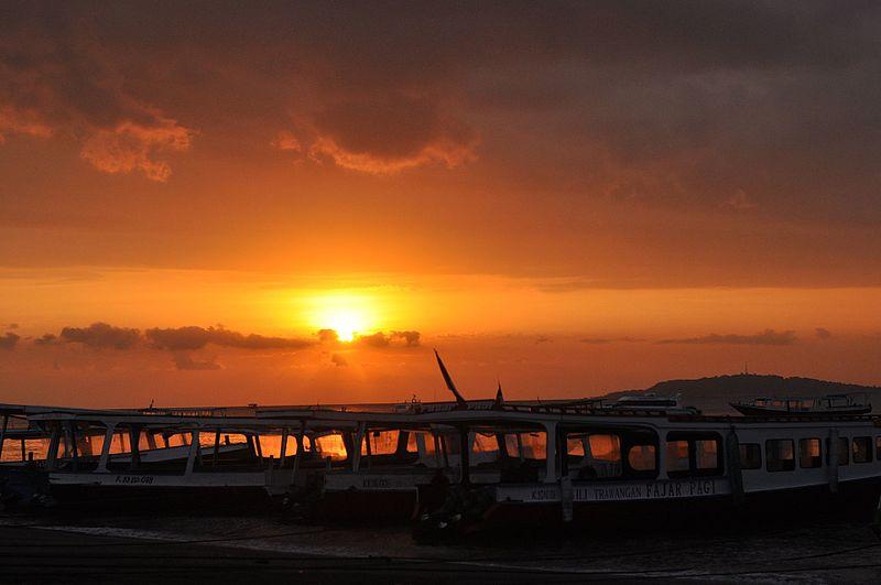 File:Sunset di pelabuhan bangsal.jpg