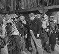 Televisiestuk Drie stuivers opera , Hans Kaart (Peachum) temidden van bedelaa…, Bestanddeelnr 911-7337.jpg