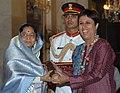 The President, Smt. Pratibha Devisingh Patil presenting the Padma Shri Award to Ms. Barkha Dutt at Civil Investiture-II Ceremony, at Rashtrapati Bhavan, in New Delhi on May 10, 2008.jpg