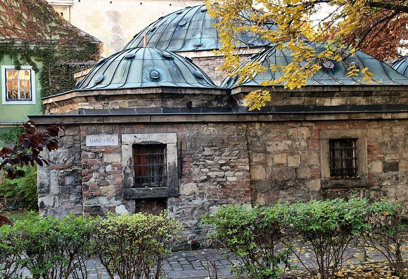 Extérieur des bains Kiraly à Budapest. Photo de Misibacsi.