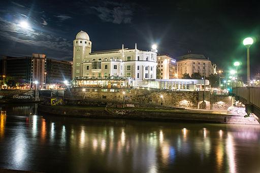 Urania (Wien) bei Nacht