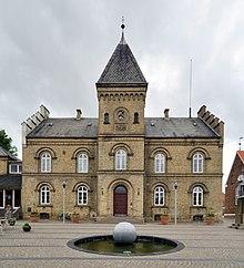 220px-Varde_-_Rathaus Varde on greve strand,