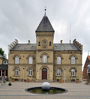 Varde - Varde - The old town hall, with the black pearl in front
