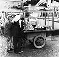 Verkoper van belegde broodjes bij het busstation - Stichting Nationaal Museum van Wereldculturen - TM-20011773.jpg