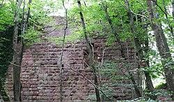 Vestiges du XIIe siècle de la courtine de la haute-cour.jpg