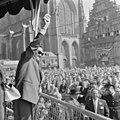Volkszanger Johnny Jordaan zingt op de Grote Markt, NL-HlmNHA 1478 1488 A.JPG