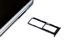 De simkaarthouder van een ZenFone 6 grenst aan de simkaarthouder van de telefoon