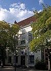 foto van Pand met rechte lijstgevel en voordeur in pilasteromlijsting