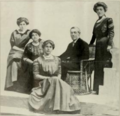 (left to right) Margaret Wilson, Mrs. Woodrow Wilson, Jessie Woodrow Wilson, Woodrow Wilson, Eleanor Randolph Wilson (1912).png