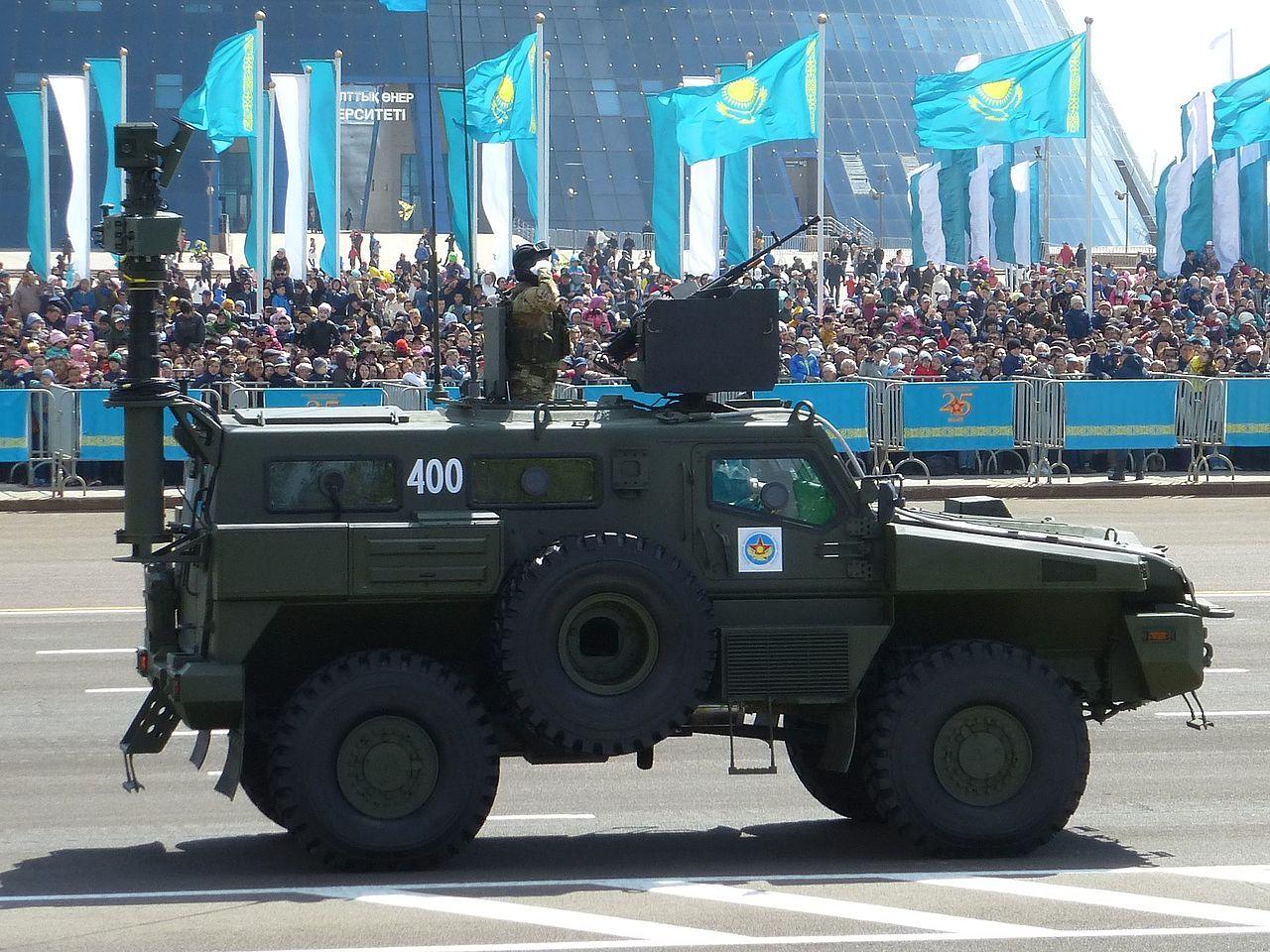 """Збільшена прохідність, підвіска і технічні навороти, - український військовослужбовець Старський про бронеавтомобіль """"Варта"""" - Цензор.НЕТ 2633"""