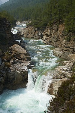 Водопад на реке Средний Сакукан.jpg