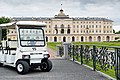 Константиновский дворец, экскурсионный электрокар.jpg