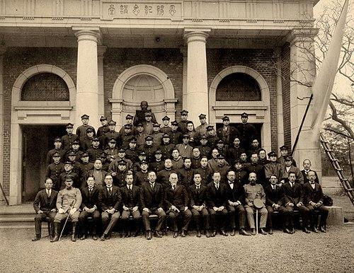 拓殖大学の昭和4年の卒業写真。中央が後藤新平学長。左隣は永田秀次郎次期学長 Wikipediaより