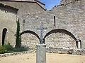 145 Abadia de Santa Maria, mur del creuer sud i creu.jpg