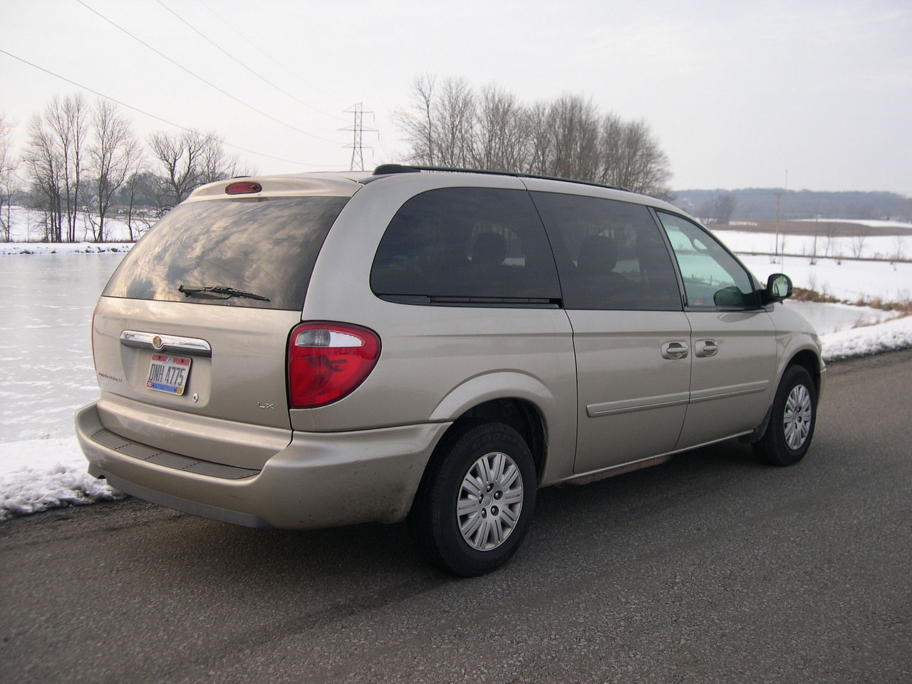 File 2005 chrysler town and country lx rear jpg