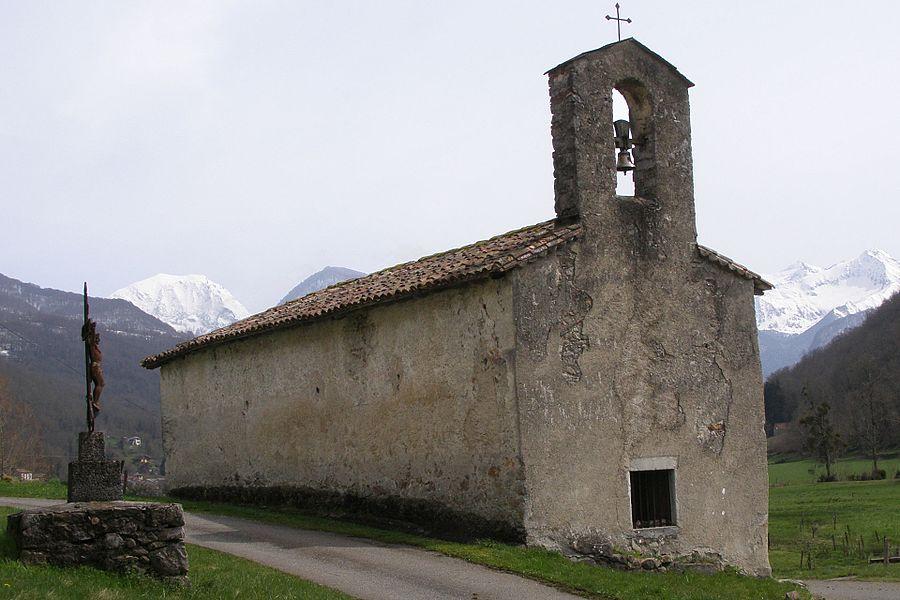 Appartenant à la vicomté de Couserans, la chapelle Saint Pierre (XIe siècle) serait l'une des deux chapelles primitives du Couserans.