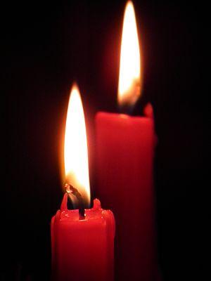 2 rote brennende Kerzen.jpeg