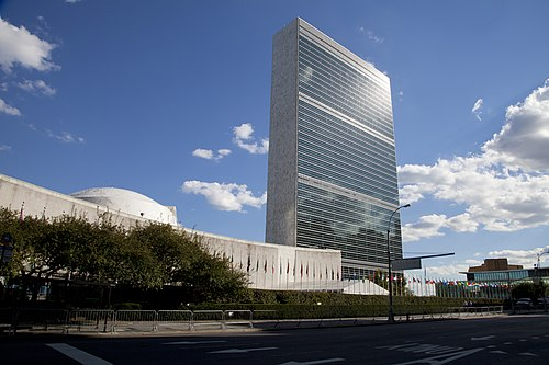 The United Nations Secretariat building at the United Nations Headquarters 67o Periodo de Sesiones de la Asamblea General de Naciones Unidas (8020913157).jpg