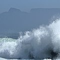 A wave and a table mountain, Cape Town (24029106528).jpg