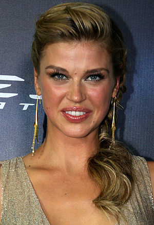 A Hen in the Wolf House - Adrianne Palicki's introduction as Bobbi Morse in the episode was praised by critics.