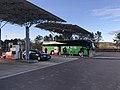 Aire d'autoroute du chien Blanc - station-service et bus.JPG