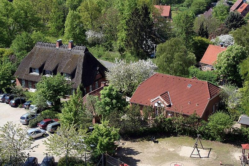 File:Alte Schule und Feuerwehr in Sierksdorf.jpg