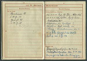 Amtsdokument Paul Fischer 1937 Leutnant Wehrpass Luftwaffe Seite 22 23 Ausbildung mit der Waffe Sonstige Lehrgänge Abzeichen.jpg