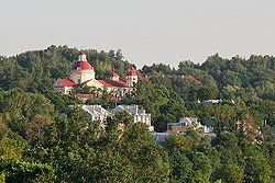 St. Peter und St. Paul Kirche gegen Antakalnis Hügel