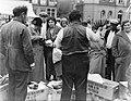 Bananenkoopman op de markt op het Waterlooplein, Bestanddeelnr 252-0614.jpg