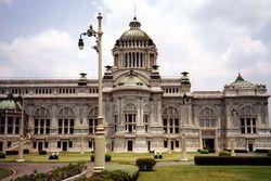 L'Ananta Samakom Throne Hall (พระที่นั่งอนันตสมาคม), edificato nel 1907 è stato sede del parlamento sino al 1975.
