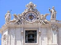 Campanas bajo el reloj de la izquierda de la fachada de la basílica.
