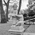 Beeldengroep van twee kinderfiguurtjes bij hoek voorgevel - Ridderkerk - 20037331 - RCE.jpg