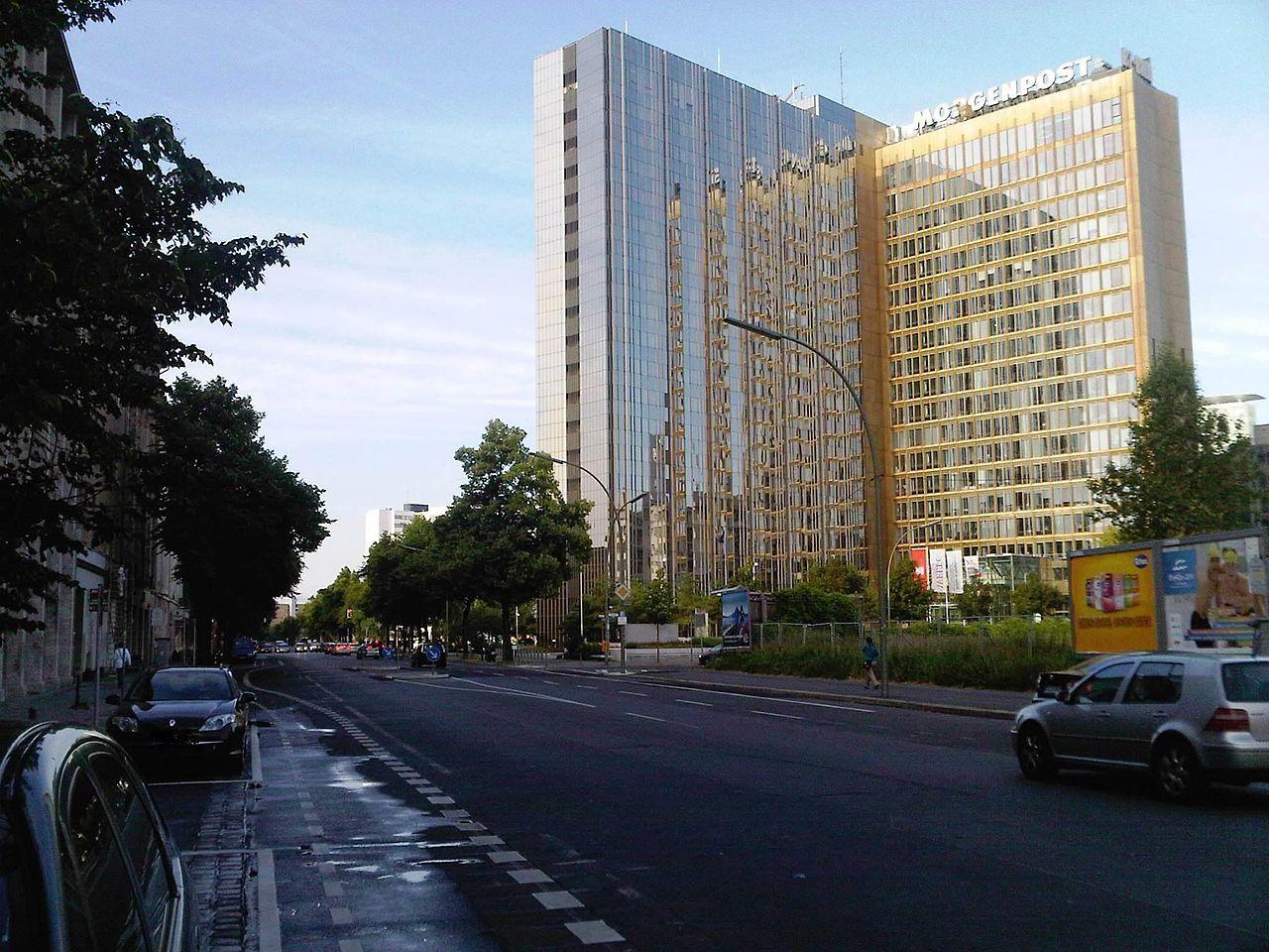 Berlin-Mitte Axel-Springer-Straße mit Blick auf das Axel-Springer-Hochhaus.jpg
